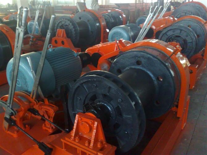 电动卷扬机:由电动机作为动力,通过驱动装置使卷筒回转的卷扬机.