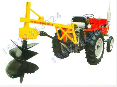 由拖拉机动力输出轴经传动系统驱动钻头进行挖坑作业,也有用液压马达图片