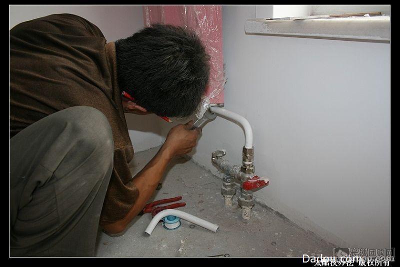 抽水马桶漏水维修-马桶盖板配件更换,马桶拆装,更换马桶水箱进水阀图片