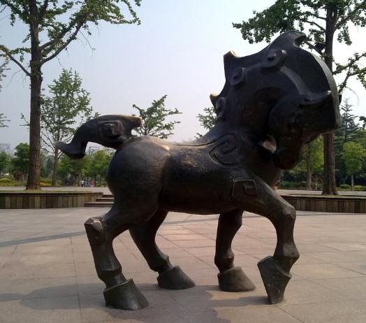 不锈钢雕塑简介        不锈钢材质具有耐空气,蒸汽,水等弱腐蚀