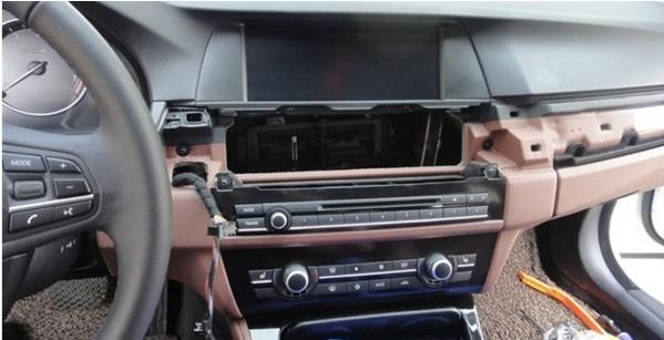 宝马后尾箱可以通过主驾驶开关,后尾箱按键开关,遥控开关方便快捷的