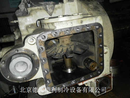 当从加油孔放油时,要先关闭压缩机吸气阀图片