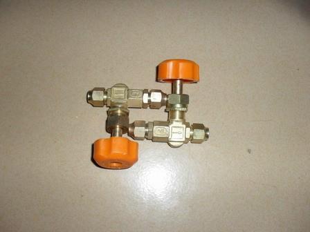 在喷油泵凸轮轴上的凸轮与柱塞弹簧的作用下图片