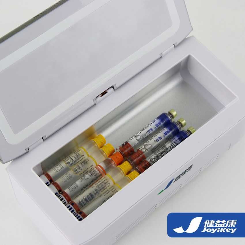 健益康胰岛素冷藏盒,超长待机24小时,机型袖珍,携带方便是糖尿病人家居、差旅的; 健益康胰岛素冷藏盒,在35摄氏度的高温下,可达到国际生物药储藏标准2~8摄氏度,给您免去药品冷藏的困扰; 健益康胰岛素冷藏盒,具有多种供电方式(家用电源,锂电池,车载电源),为您的出行排忧解难; 健益康胰岛素冷藏盒,为您提供优质的售后服务,7天包退,1年+60天包修,终身维护,让您购机无忧。 健益康胰岛素冷藏盒技术参数: