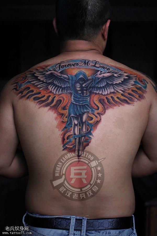 他们是该组谁拥有人类的谁拥有附着在他们的背上大翅膀的天使的特性