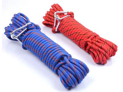 将救生绳的一端用救生钩固定,另一端系在使用者的腰上,双手抓住绳子