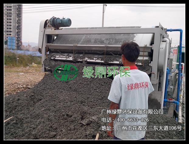 过滤和机械挤压原理而制成的高效固液分离设备,因其具有工艺流程简单
