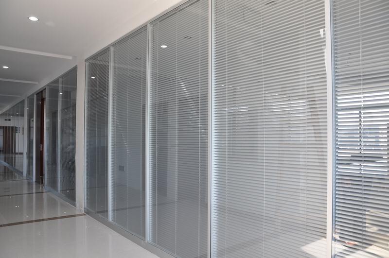 苏州办公室装修 80款双玻带百叶玻璃隔断 办公高隔间图片