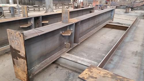 网架钢结构是指钢板和热扎,冷弯或焊接型材通过连接件连接而成的能承