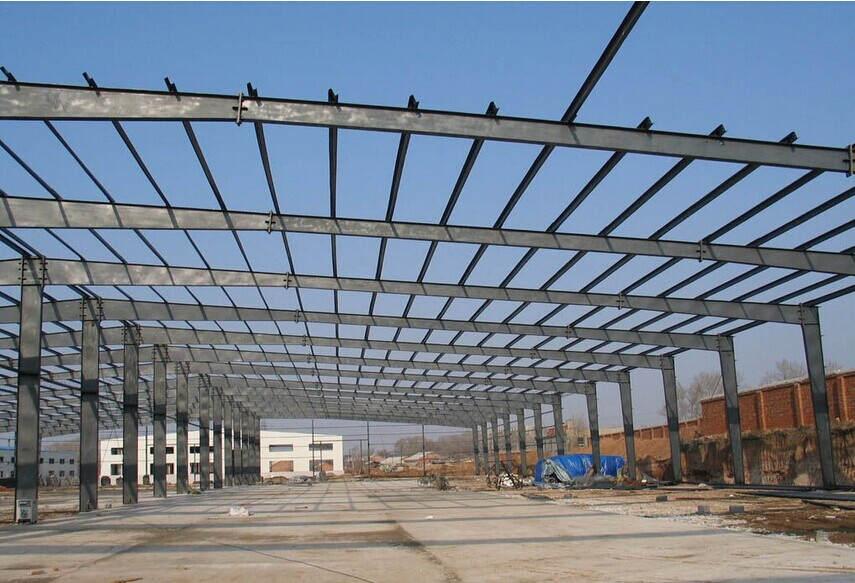 钢结构厂房的屋架外形常用的有三角形,梯形,平行弦等.