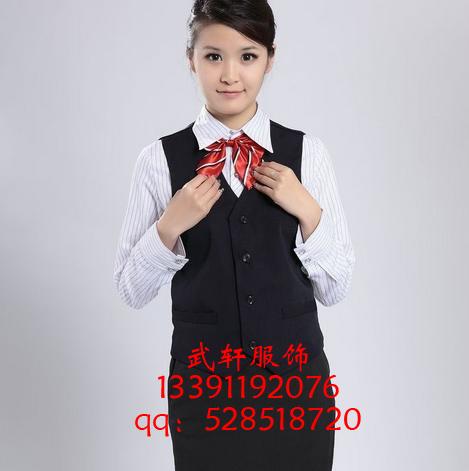 本公司有专业的服装设计师,专业的电脑制版师,质量严密的加工