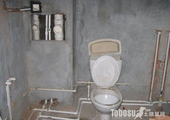 苏州老房子水管改造蹲坑,铸铁下水管连接厕所排水管道图片