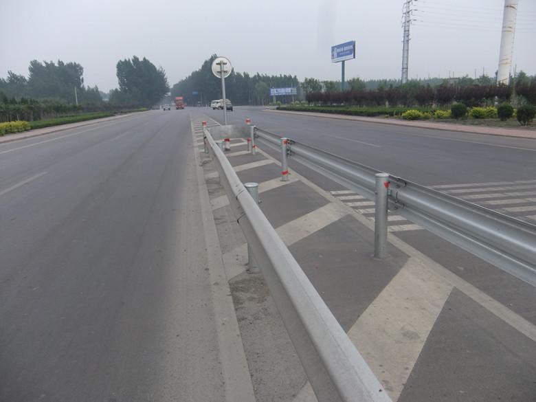 在公路路侧护栏的(起—讫)点处应安装单包型圆头式端头护栏或地锚式