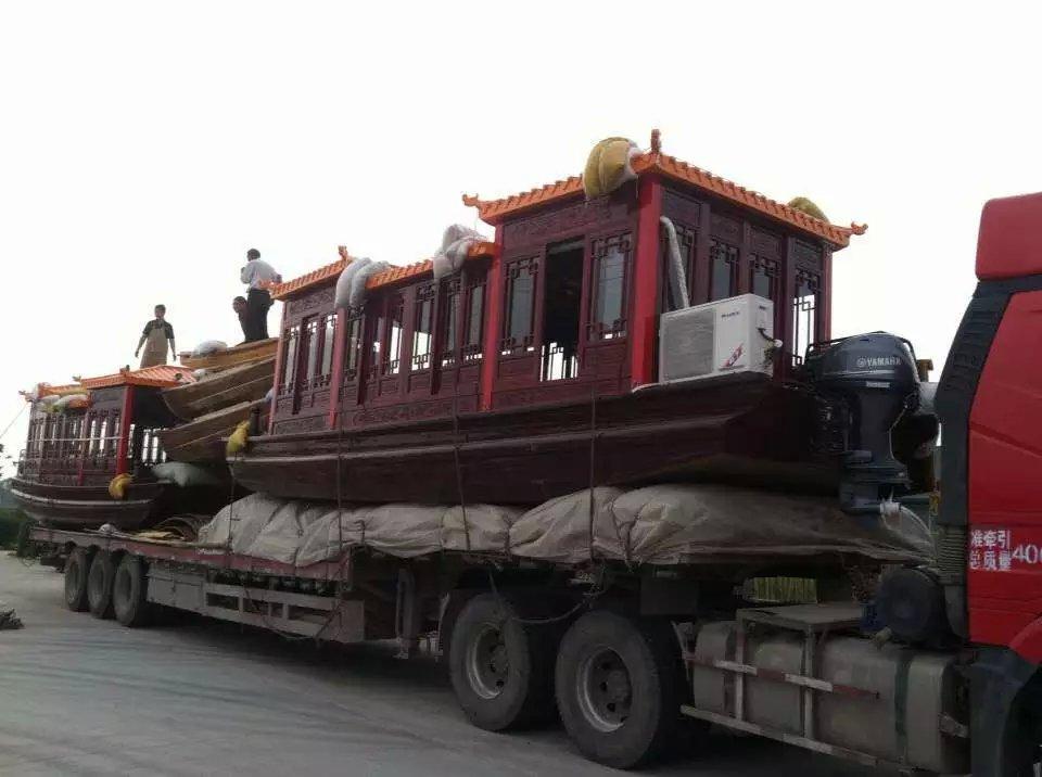 日常维护以及安全防护 本产品主体为纯杉木结构,经竹泓镇造船协会检验为合格产品,使用过程中需注意保护。 1:新船下水时缝口处和木结一般有一点印潮,属于正常情况,木船可正常使用,经过一段时间的浸泡后上述情况会自然消失 2:游客上下船时应注意放轻脚步,不可跳跃,避免船体的剧烈震动造成损坏,行船时不可撞击, 3:应注意勤晒船舱,以保证船正身板不会腐烂变质,从而延长木船的使用寿命。 正常使用情况下,每年5-6月份,木船必须上岸保养一次,(清洗、晒干、上油)。 如使用过程中,人为损坏或因使用不当而产生船体损坏,责任由