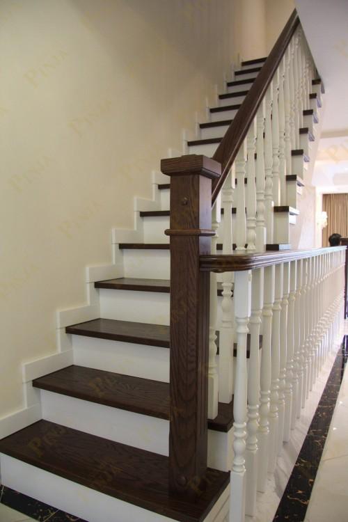 室內懸空l型橡木樓梯_圓弧形樓梯扶手設計_平板旋轉樓梯扶手