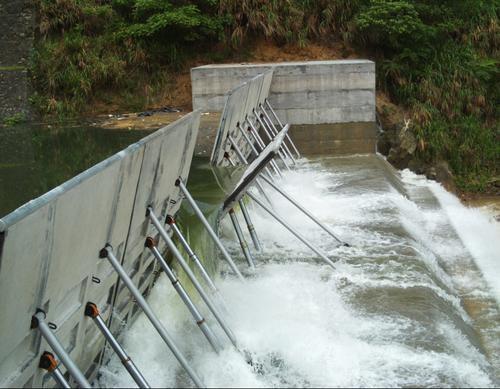 液压翻板的构造由弧形(或直线)坝面,液压杆,支撑杆,液压缸和液压泵站图片